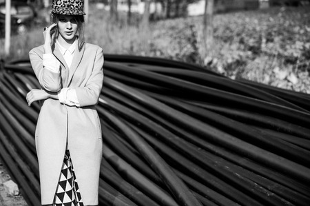 on high: Modelo de manera en ropa elegante Foto de archivo