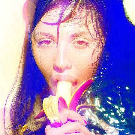 poses de modelos: Moda modelo posa con plátano