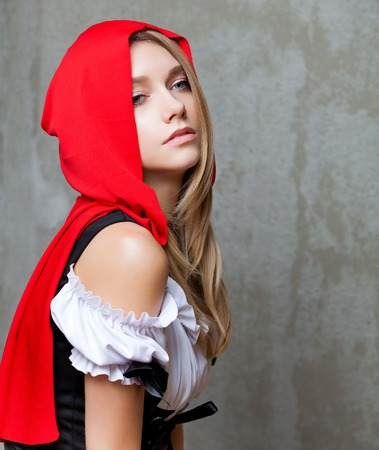 caperucita roja: Beautiful fashion woman in Little Red Riding Hood suit