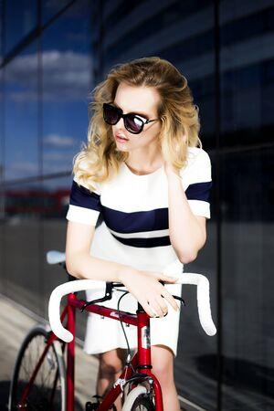 poses de modelos: Modelo de manera que presenta cerca de la bicicleta