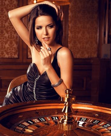 ruleta de casino: Hermosa morena en el casino