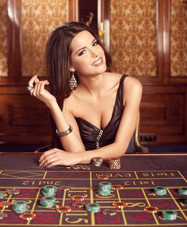 femme brune sexy: Belle brune dans le casino