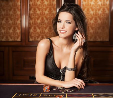 ruleta: Hermosa morena en el casino