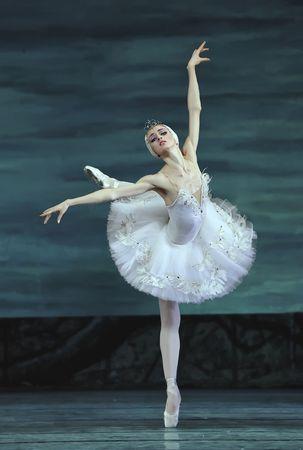 cisnes: Ballet real ruso realizar el 24 de diciembre de 2008 de ballet del lago de los cisnes en teatro de Jinsha en Chengdu, China.  Editorial