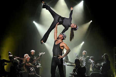 modern dance: CHENGDU - Oktober 25: Modern Dance show  Editorial