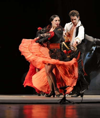 matador: CHENGDU - 28 DEC: The Ballet Troupe van Spaanse Rafael Aguilar(Ballet Teatro Espanol de Rafael Aguilar) uitvoeren de beste flamenco dans drama  Redactioneel