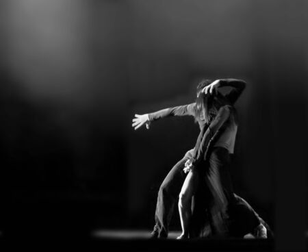 danza contemporanea: CHENGDU - 14 de DEC: Dúo moderna China danza Lluvia de la fortaleza Besieged realizado por la compañía de canto y danza de Shanghai en oro theater.DEC 14,2007 en Chengdu, China. Coreógrafo: Tao de Ma, actor: Fang Guang, Wu Yuan