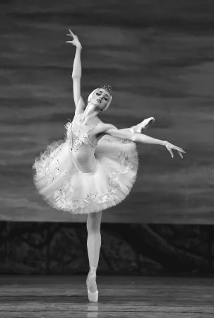 ballet cl�sico: CHENGDU - el 24 de diciembre: Ballet real ruso realizar ballet del lago de los cisnes en teatro de Jinsha el 24 de diciembre de 2008 en Chengdu, China.