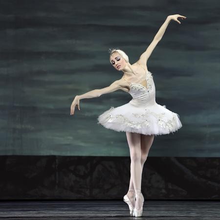 ballerini: CHENGDU - 24 dicembre: Balletto russo di royal eseguire il Lago dei cigni balletto al Teatro Jinsha 24 dicembre 2008 a Chengdu, China. Editoriali