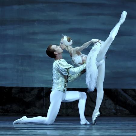 ballet ni�as: CHENGDU - el 24 de diciembre: Ballet real ruso realizar ballet del lago de los cisnes en teatro de Jinsha el 24 de diciembre de 2008 en Chengdu, China.