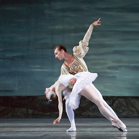 swans: CHENGDU - 24 de DEC: Ballet del lago de los cisnes interpretada por ballet real rusa en teatro de Jinsha el 24 de diciembre de 2008 en Chengdu, China.