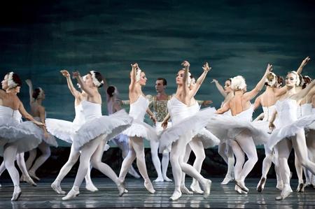 ballet hombres: CHENGDU - 24 de DEC: Ballet del lago de los cisnes interpretada por ruso royal ballet en el teatro de Jinsha, 24 de diciembre de 2008 en Chengdu, China. Editorial