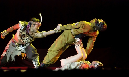danza contemporanea: danza étnica China Joroba de amor interpretada por canción de Kunming y grupo de danza en teatro de oro.Dec 10 en Chengdu, China. Coreógrafo: Yang Tao, emitidos: Chen Jiajia, Ro Hee, Yang Wei