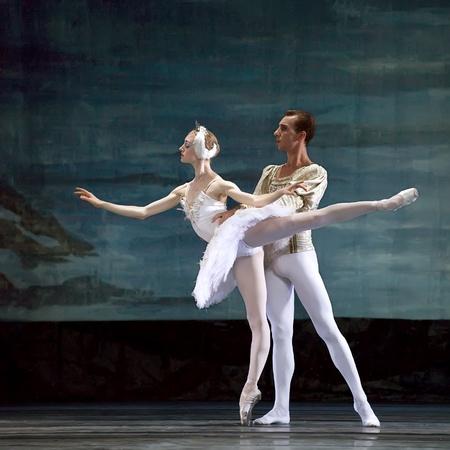 ballet hombres: Ballet del lago de los cisnes interpretada por ruso royal ballet en el teatro de Jinsha, 24 de diciembre de 2008 en Chengdu, China.