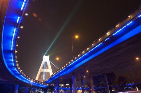 flyover: heldere lichten onder stedelijke viaduct