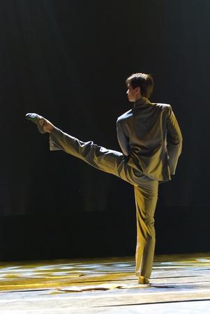 danza contemporanea: CHENGDU - 9 de DEC: Academia de danza de Beijing realizar danza solitario chino Poema de río en el teatro JINCHENG en el 7 º concurso de danza nacional de china.Dec 9,2007 en Chengdu, China. Coreógrafo: Xiao Xiangrong, Chang Xiaoni, emitidos: Sun Rui