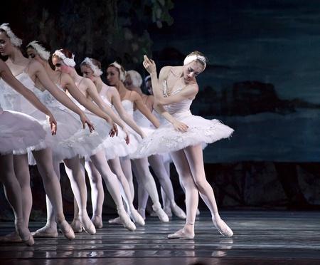 ballet ni�as: CHENGDU - 24 de diciembre: Ballet real ruso realizar ballet de lago de los cisnes en el teatro de Jinsha, 24 de diciembre de 2008 en Chengdu, China.