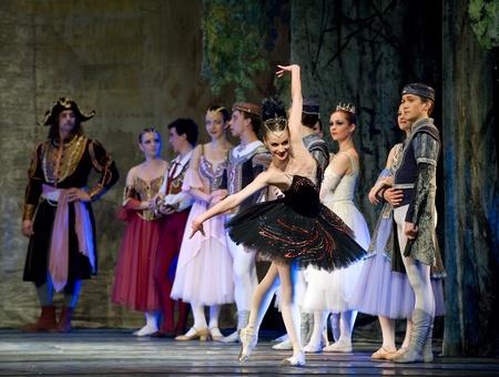 palacio ruso: CHENGDU - 24 de diciembre: Ballet real ruso realizar ballet de lago de los cisnes en el teatro de Jinsha, 24 de diciembre de 2008 en Chengdu, China.
