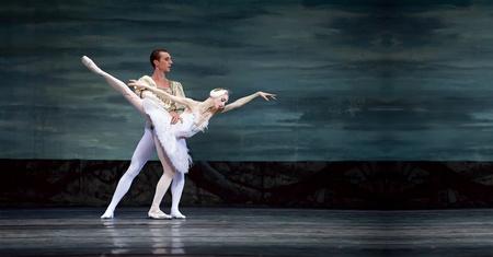 CHENGDU - 24 de diciembre: Royal ballet ruso realizar ballet del lago de los cisnes en el teatro del Jinsha, el 24 de diciembre de 2008 en Chengdu, China. Editorial
