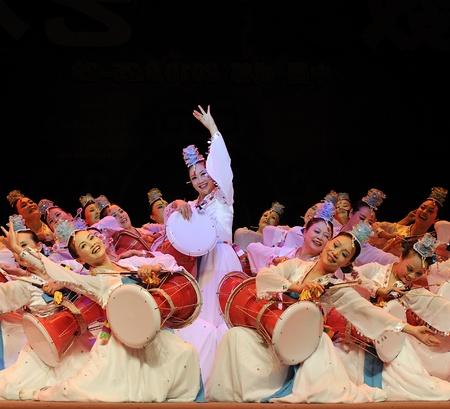 CHENGDU - SEP 28: de Koreaanse etnische dansers presteren op stadium in het 6de Sichuan-de cultuurfestival van de minderheidsnationaliteit bij JINJIANG-theater Seis 28.2010 in Chengdu, China.