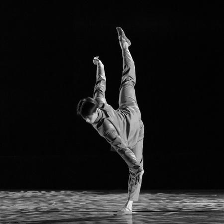 danza contemporanea: CHENGDU - 9 de DEC: bailarina China realiza moderno baile como solista en el escenario en el teatro JINCHENG en el 7 º concurso de danza nacional de china.Dec 9,2007 en Chengdu, China. Coreógrafo: Xiao Xiangrong, Chang Xiaoni, emitidos: Sun Rui Editorial