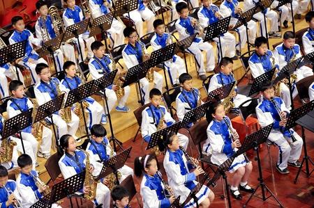 fagot: CHENGDU - APR 23: uczeń zespołu symfoniczno wykonywać na etapie na Apr 24,2011 w Chengdu, Chiny. Publikacyjne