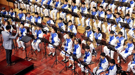 fagot: CHENGDU - APR 23: uczeń zespołu symfoniczno wykonywać na etapie na Apr 24,2011 w Chengdu, Chiny.
