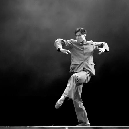 danza contemporanea: CHENGDU - 11 de DEC: bailarina China realiza danza moderna de solista en el escenario en el teatro JINCHENG.Dec 11,2007 en Chengdu, China. Coreógrafo: Xiao Xiangrong, Chang Xiaoni, emitidos: Sun Rui Editorial
