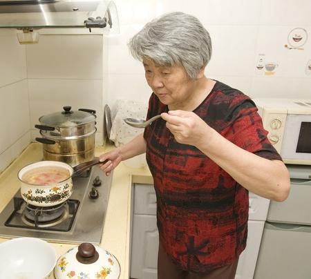 mujeres cocinando: abuela de cocina Foto de archivo