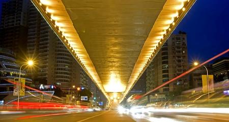 flyover: stad nacht scène: viaduct, licht en denderen de auto