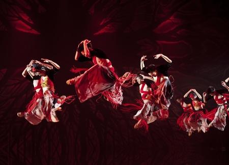 danse contemporaine: CHENGDU - OCT 17: chinois Yi danseurs nationaux ex�cuter la danse contemporaine sur la sc�ne du th��tre JINCHENG le 17 octobre 2011 � Chengdu, en Chine. Editeur