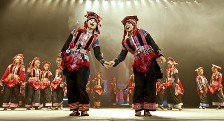 CHENGDU - 27 de octubre: chino bailarines nacionales realizan Yunnan danza tradicional din�mica en el escenario de Jincheng theater.Oct 27 de 2011 en Chengdu, China. Foto de archivo - 11273691