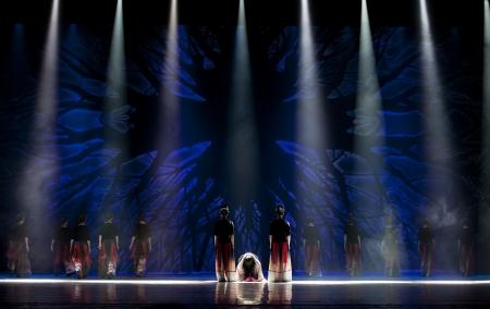 danse contemporaine: CHENGDU - OCT 18: chinois Yi danseurs nationaux ex�cuter la danse contemporaine sur la sc�ne du th��tre JINCHENG le 18 octobre 2011 � Chengdu, en Chine. Editeur