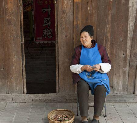 trabajo manual: mujer y trabajo hecho a mano tradicional