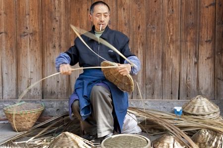 trabajo manual: hombre y trabajo hecho a mano tradicional