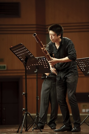 fagot: CHENGDU - 20 czerwca: fagocista wykonywania muzyki kameralnej na koncert muzyki na wietrze Odeum Sichuan Conservatory of Music na czerwiec 20,2012 w Chengdu, Chiny.
