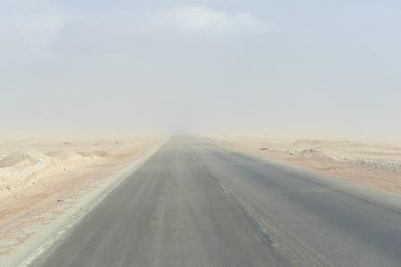desierto del sahara: la autopista a trav�s del polvo del desierto del Sahara Foto de archivo