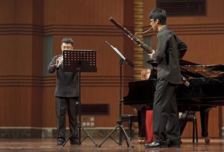 fagot: CHENGDU - JUN 20: bassoonist wykonuje na koncercie muzyki kameralnej wiatrowej z muzyki w odeum Sichuan Conservatory of Music w dniu cze 20,2012 w Chengdu, Chiny.