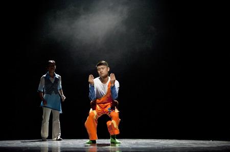 """baile moderno: CHENGDU - 12 DE ABRIL: La ciudad de Zigong danza folcl�rica artes esc�nicas troupe realizan danza moderna """"Para estar contigo"""" en Sichuan canci�n y danza teatro en las nuevas obras para 2013 la competencia de baile en Sichuan.Apr 12,2013 en Chengdu, China."""