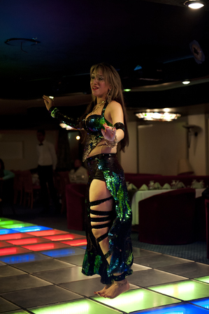 danseuse orientale: LE CAIRE - 27 janvier: danseuse du ventre jouer sur un yacht dans la rivi�re du Nil. 27 janvier 2013 au Caire, en Egypte.