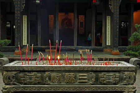 incienso: quemar incienso en el templo