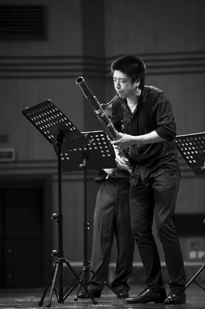 CHENGDU - JUN 20: fagottista eseguire sulla musica del vento concerto di musica da camera al Conservatorio Odeon di Sichuan della Musica il giu 20.2012 a Chengdu, in Cina.