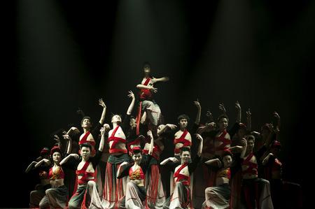 danza contemporanea: CHENGDU - 17 de octubre: chino Yi bailarines nacionales realizan danza contempor�nea en el escenario del teatro JINCHENG el 17 de Oct de 2011 en Chengdu, China.