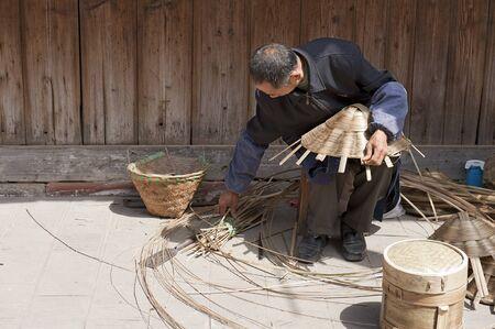 trabajo manual: hombre y trabajo manual tradicional Foto de archivo