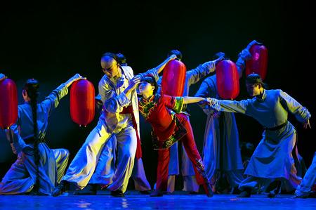 """baile moderno: CHENGDU - 11 de abril: Instituto de Arte de la Universidad de Xihua realizan danza moderna """"Dead Water Ripples"""" en Sichuan canci�n y danza teatro en las obras nuevas para el 2013 la competencia de baile en Sichuan.Apr 11,2013 en Chengdu, China. Editorial"""