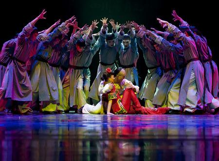 """baile moderno: CHENGDU - ABR 11, 2013: Instituto de Arte de la Universidad de Xihua realizan la danza moderna """"Dead ondulaciones del agua"""" en la canci�n de Sichuan y el teatro de la danza en las nuevas obras para el 2013 la competencia de baile en Sichuan. Editorial"""