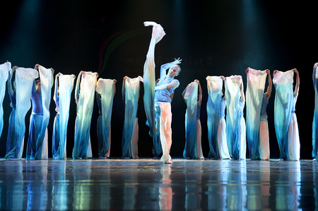 baile moderno: CHENGDU - APR 12: Sichuan song and dance troupe perform modern dance Water at sichuan song and dance theater in the new works for 2013 dance competition in Sichuan.