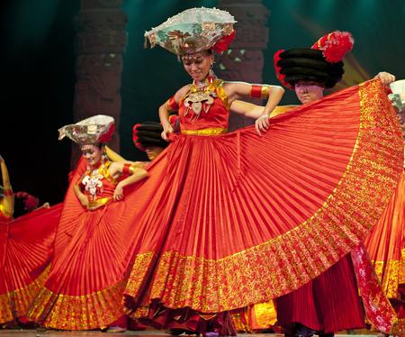 CHENGDU - SEP 26: chinesische Yi ethnischen Tänzer auf der Bühne JIAOZI Theater.