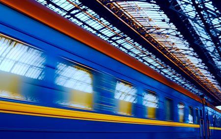 plataforma: El tren llega a la estaci�n de ferrocarril