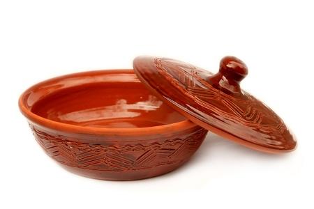 ollas barro: Vasija de barro fortalecido con una cubierta aislada sobre fondo blanco Foto de archivo